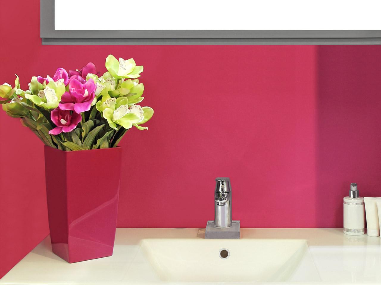 Pinker Blumenstrauß als Deko im Bad
