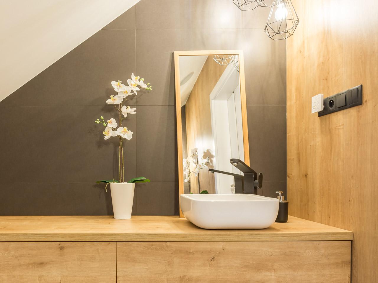 Bad Deko Orchidee vor grauer Wand