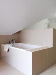 Bad unterm Dach gemauerte Wanne