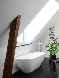 Bad unterm Dach Wanne in der Dachschräge