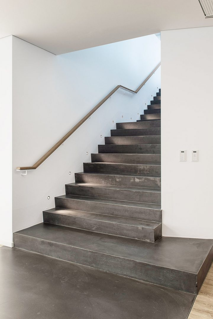 Breite Treppe bei DESIGNSCAPE in individueller Spachteltechnik