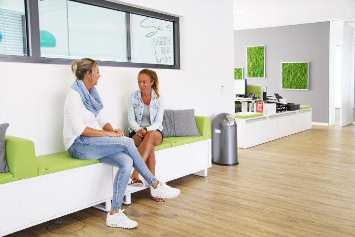 Moderne Sofabank als Sitzgelegenheit und Stauraum