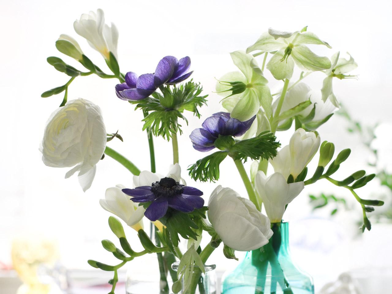 Blumendeko aus weißer Ranunkel, Krokussen und Anemonen