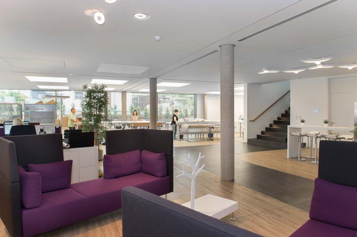 Sofa mit Highback im Eingangsbereich von DESIGNSCAPE