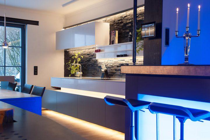 Verschiedene LED Lichtfarben zwischen Küche und Bar Bereich
