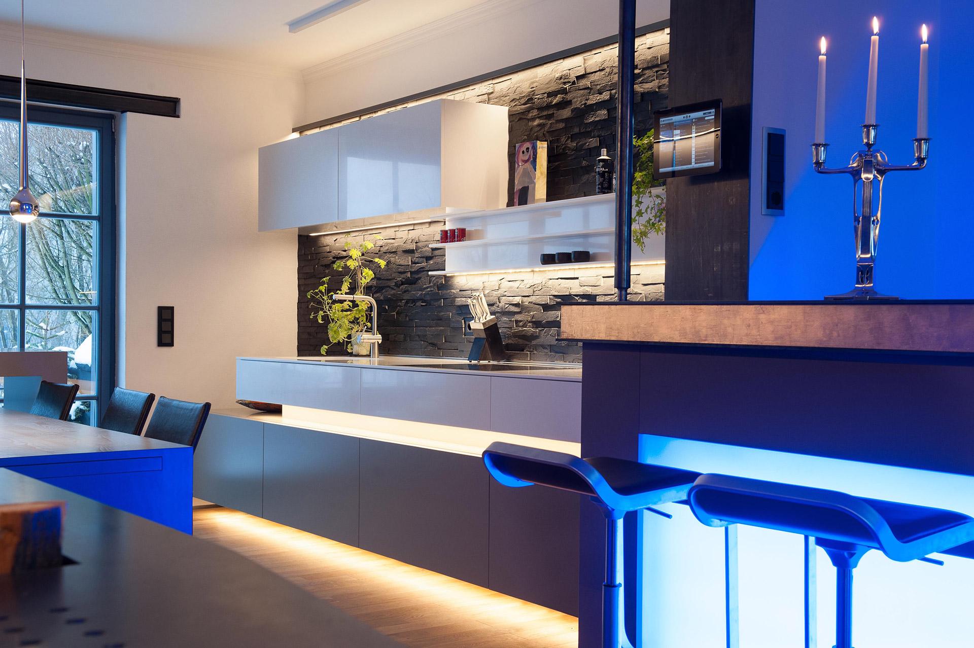 Außergewöhnlich Verschiedene LED Lichtfarben Zwischen Küche Und Bar Bereich