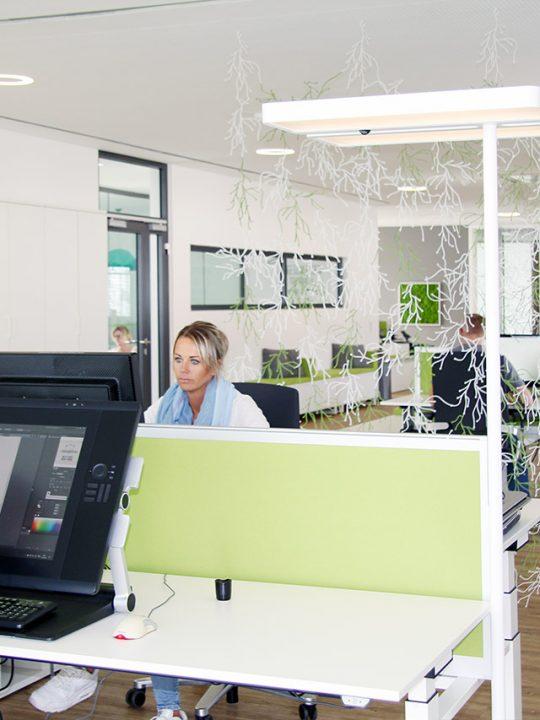 Moderne Büroeinrichtung im Büro von Designscape
