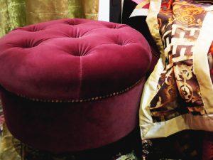 Hocker mit Samtbezug im orientalischen Schlafzimmer