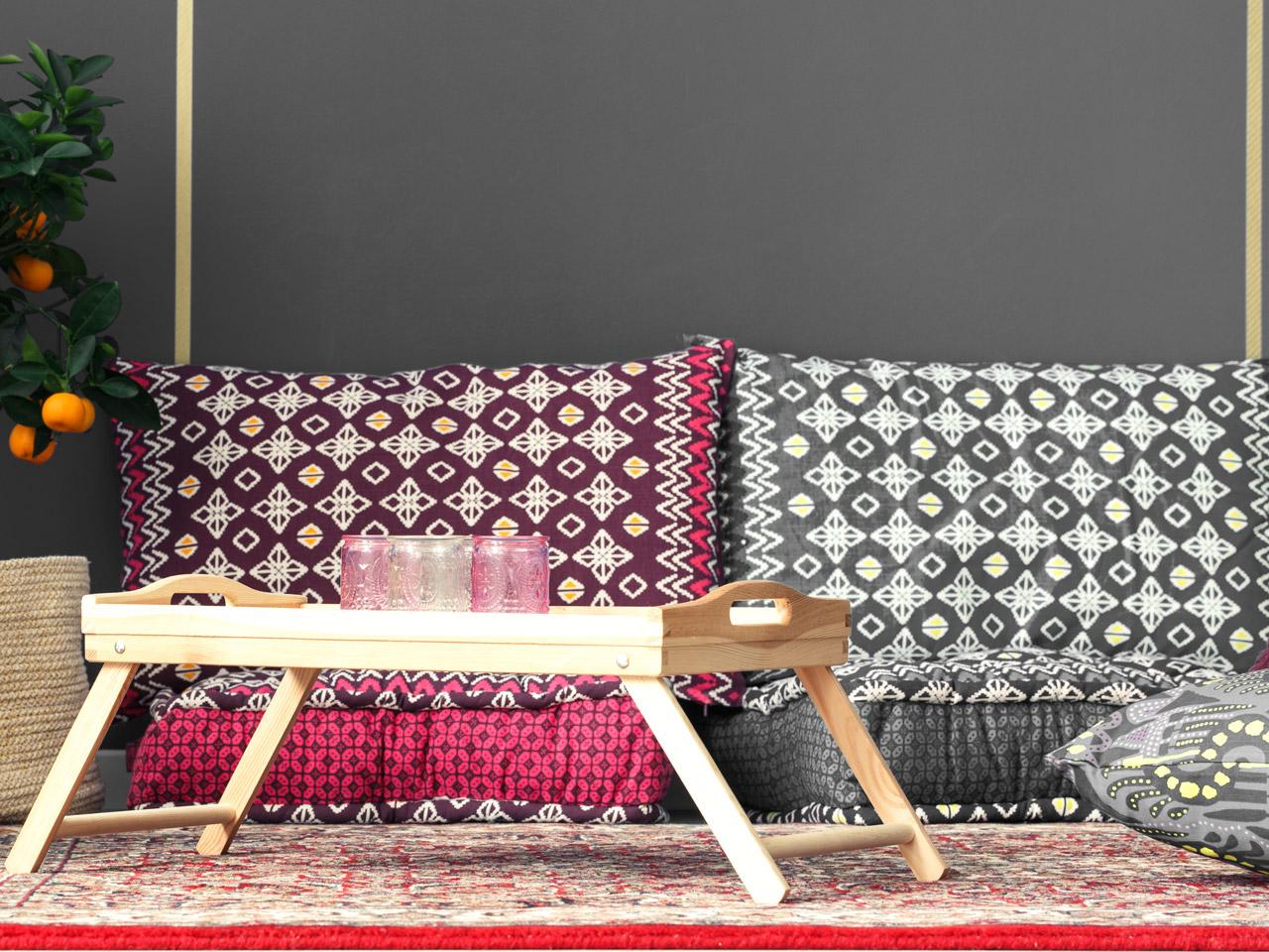Sitzecke mit Kissen im orientalischen Stil im Schlafzimmer