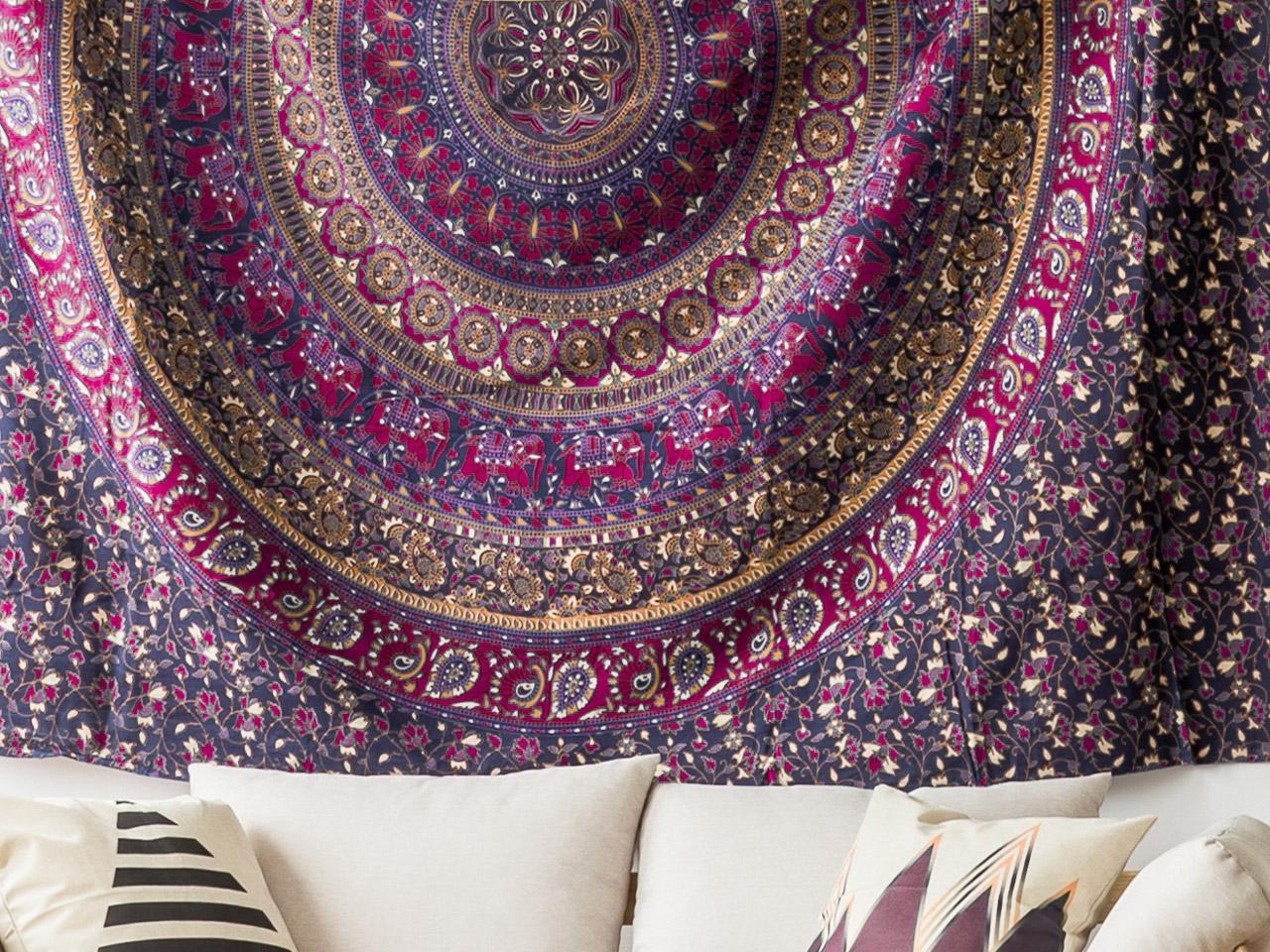 Tuch als Wandbehang im orientalischen Schlafzimmer