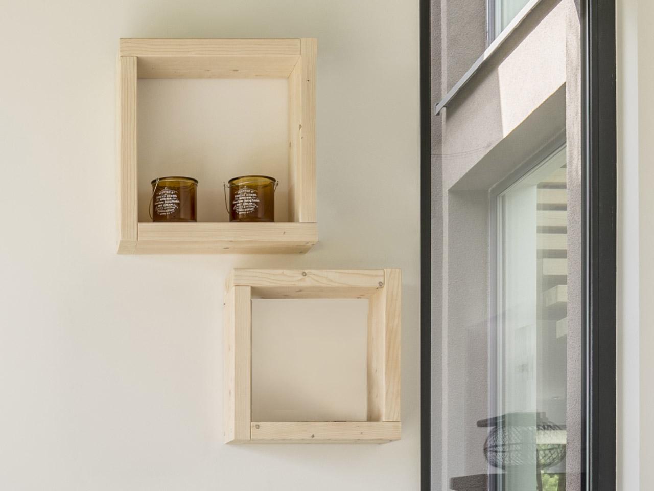 Wandregal in Form von Holzwürfeln
