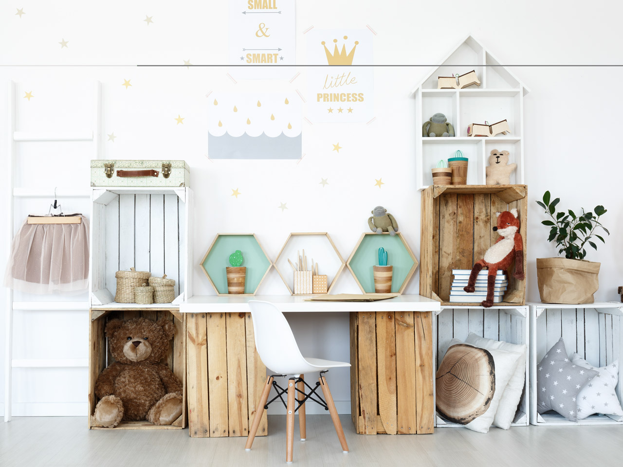 Wandregal im Kinderzimmer über dem Schreibtisch