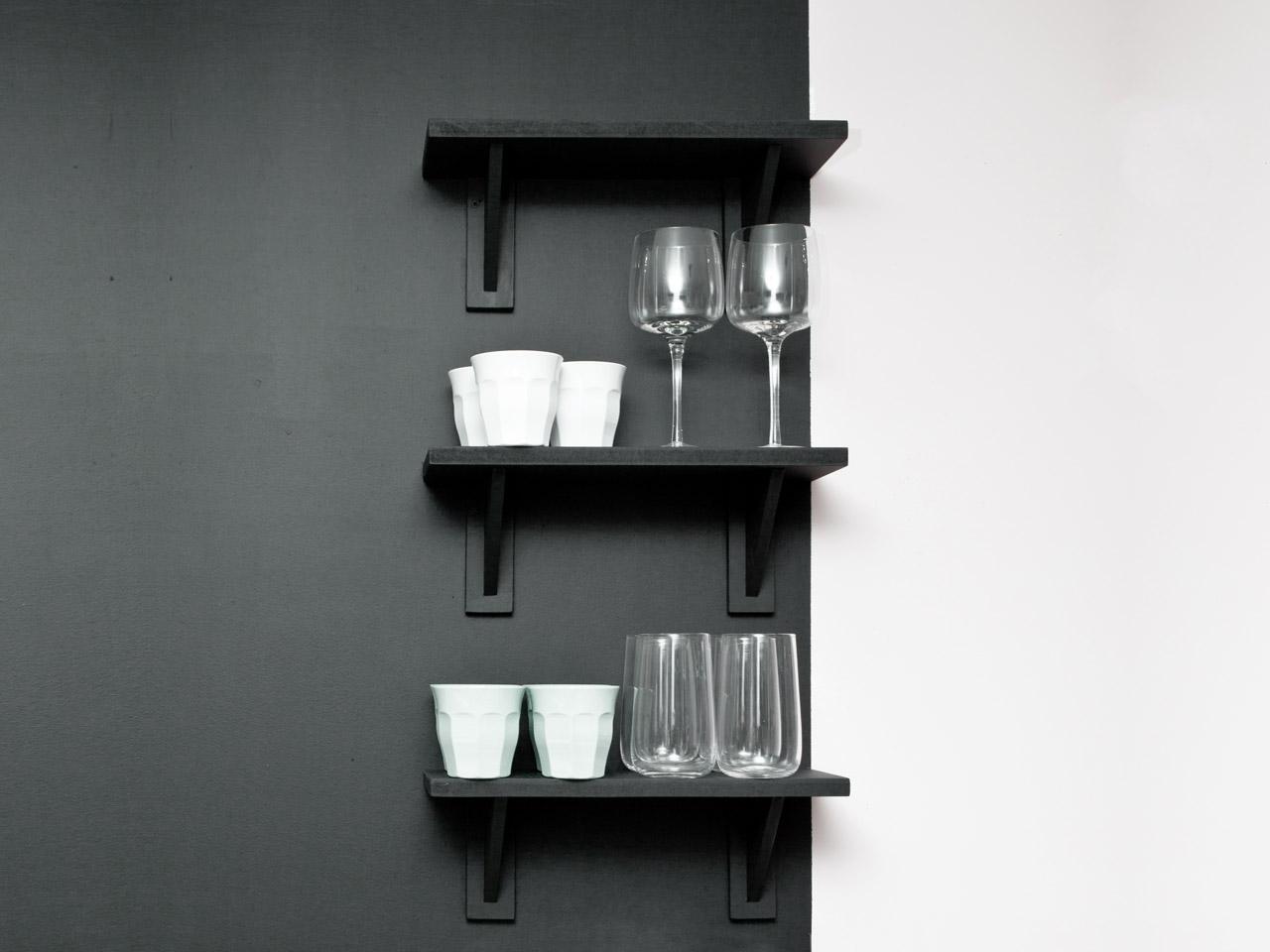 Wandregal aus schwarzem Holz in der Küche
