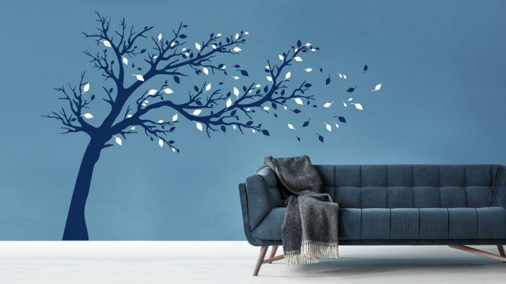 Wandtattoo Großer Baum in Wind in Blautönen
