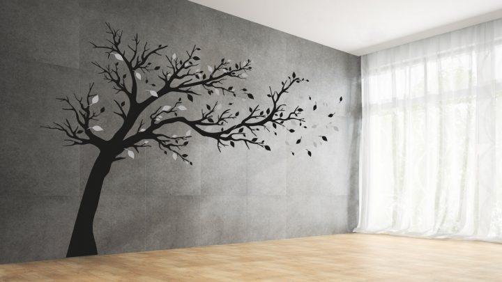 Grosser Baum im Wind als Wandtattoo in Grautönen
