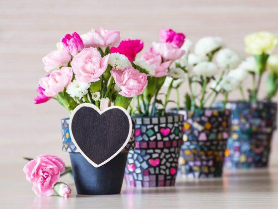 Mosaik Blumentöpfe in schwarz-bunt basteln