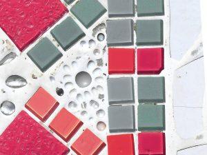 Mosaik in Rosa, Grau und Weiss