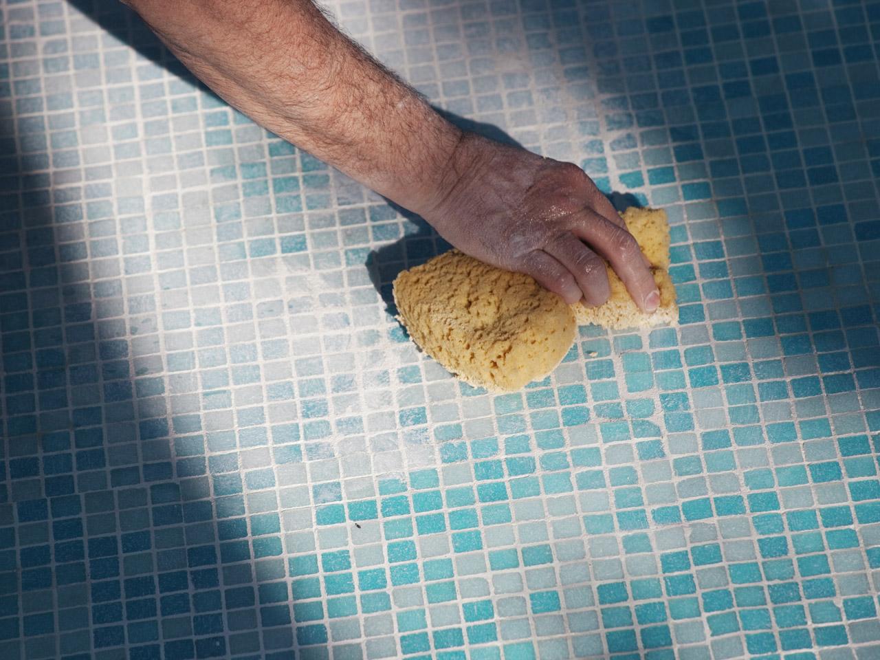 Mosaik verfugen - Entfernen der Fugenmasse beim Mosaik