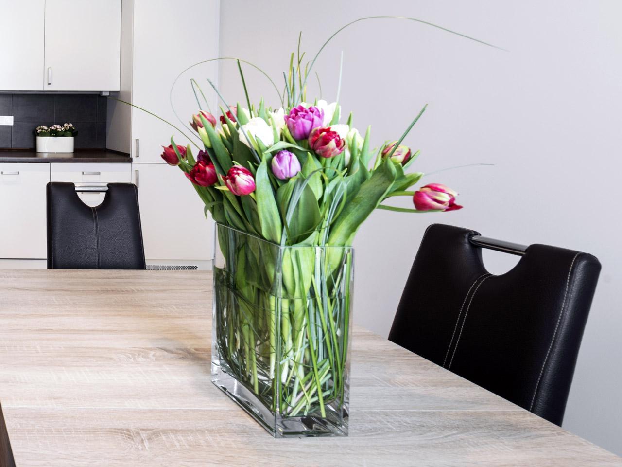 Rechteckig Vase mit Tulpen als Osterdeko
