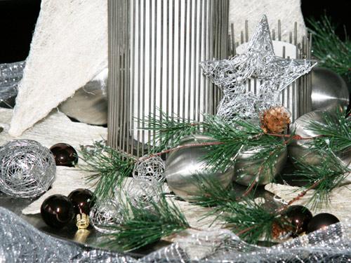 Silberne Weihnachtsdekoration in Kombination