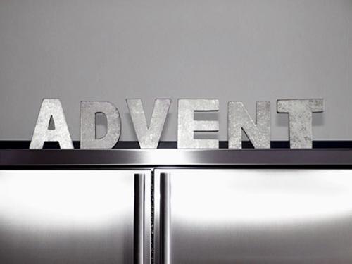 Schriftzug Advent aus einzelnen silbernen Holzbuchstaben