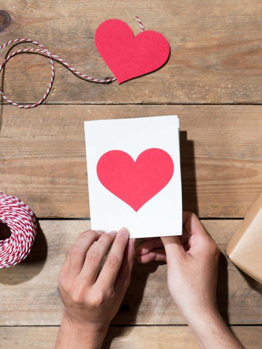 Selbstgemachte Weihnachtskarte mit rotem Herz