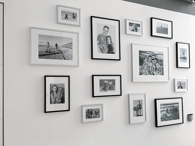 Anordnung der Bilderwand mit Familienfotos